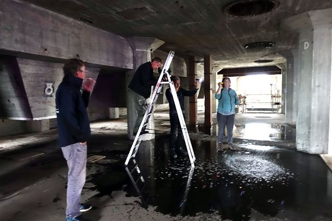Filmopnamen voor We float II, III en IV serie Homo Bulla in het pakhuis van de Meelfabriek.