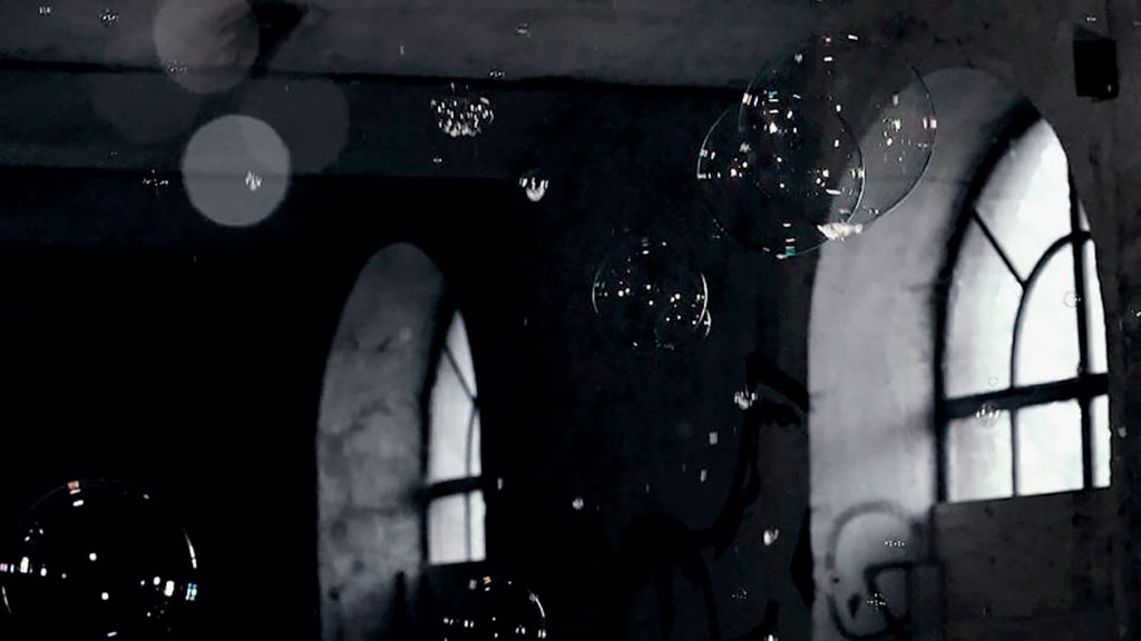 Videostill Nocturnes III uit Homo Bulla van Inge Reisberman